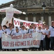 Des familles de victimes de la route marchent devant l'Assemblée nationale