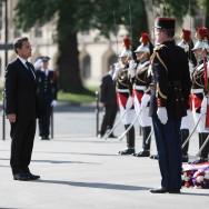 Nicolas Sarkozy fleurit la statue du général de Gaulle