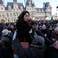 Etudiants et sans-papiers défilent à Paris contre la politique de Claude Guéant