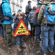 Les opposants à l'aéroport de Notre-Dame-des-Landes manifestent devant l'Assemblée nationale