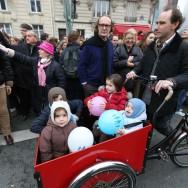 """Des milliers de personnes manifestent à Paris contre le """"mariage pour tous""""."""