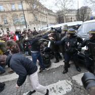 """""""Manif pour tous"""" : les heurts entre manifestants et forces de l'ordre font polémique"""