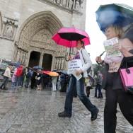 Des partisans du topless devant Notre Dame