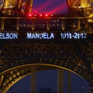 Paris : la Tour Eiffel rend hommage à Nelson Mandela