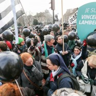 «Je suis Vincent Lambert» : des milliers de personnes défilent à Paris contre l'euthanasie