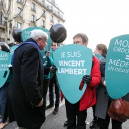 """Paris : Bruno Gollnisch, figure du FN, à la """"Marche pour la vie"""""""