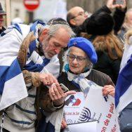 Manifestation contre la conférence de Paris devant l'ambassade d'Israël.