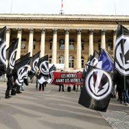 Paris : des nationalistes se rassemblent devant la Bourse