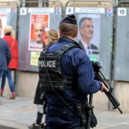 Présidentielle : à Paris, des bureaux de vote sous haute surveillance.