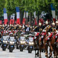 Paris : Emmanuel Macron remonte les Champs-Élysées en command-car