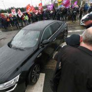 Agnès Buzin accueillie par les syndicats à Poissy.