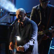Gaëtan Roussel en solo sur la scène à la Villette.
