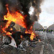 """""""Gilets jaunes"""" à Paris : chaos sur les Champs-Elysées."""