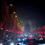 Les Champs-Elysées en rouge.