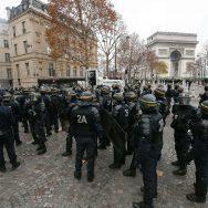 """L'Arc de triomphe, terrain d'affrontement entre """"gilets jaunes"""" et policiers."""
