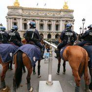 «Gilets jaunes» : la police montée déployée à Paris.