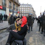 Gilets jaunes : le baiser de l'Hôtel de Ville.