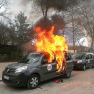 Gilets jaunes : une voiture Vigipirate incendiée devant la tour Eiffel.