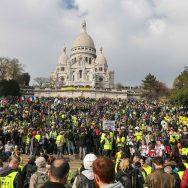 Des milliers de gilets jaunes se retrouvent au pied du Sacré Coeur, à Paris.