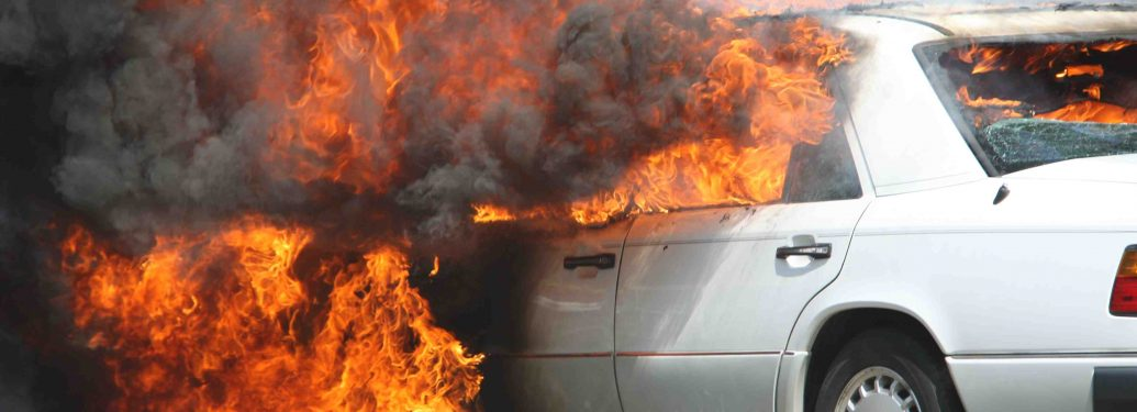 Une voiture entièrement détruite par les flammes au coeur de Paris
