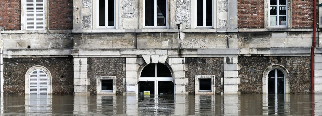 The bar « Les Nautes » submerged on a flooded bank of the Seine river in front of Notre-Dame Cathedral on January 26, 2018, as the River Seine, which runs through the French capital Paris, is expected to reach a peak of up to 6.2 metres (20.3 feet) on a