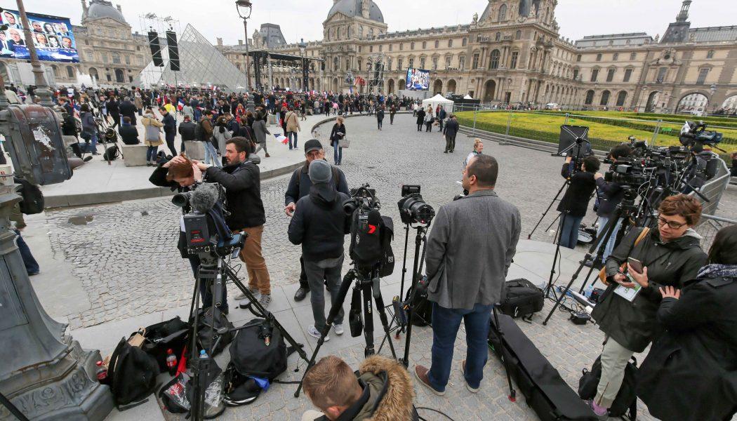 FRANCE. Paris. 7 mai 2017. La presse du monde entier assiste à l'étape finale de l'élection présidentielle, avec la prise de parole d'Emmanuel Macron sur l'esplanade du Louvre, qui accueille pour cette occasion 1800 journaliste accrédités.