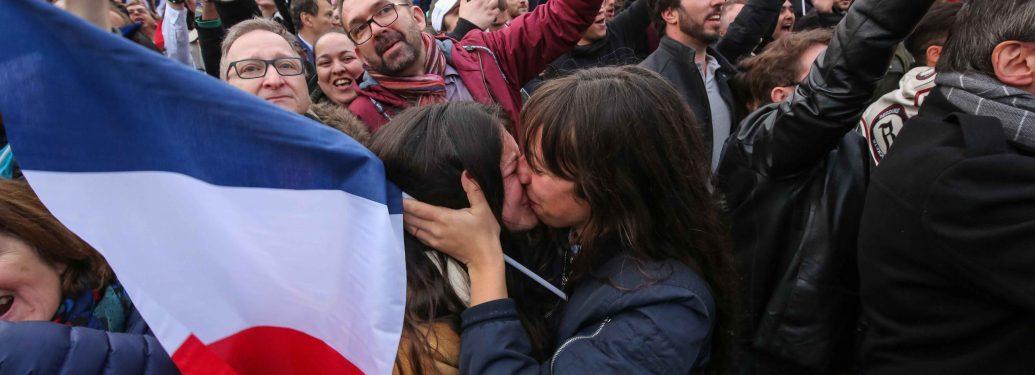 FRANCE. Paris. 7 mai 2017. Les partisans du candidat En marche ! réunis sur l'esplanade du Louvre accueillent avec des cris de joie et une marée de drapeaux tricolores la victoire d'Emmanuel Macron, élu Président de la République française. Le no