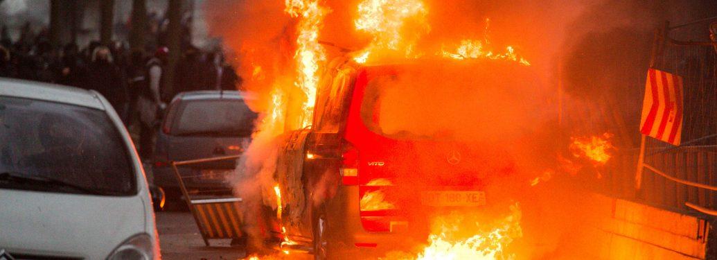 Bobigny. Seine-Saint-Denis. France. 11 février 2017. Voiture de la radio RTL saccagée, pillée puis brulée par des manifestants lors d'un rassemblement devant le Palais de Justice en soutien à Théo, jeune victime d'un viol présumé lors d'une i