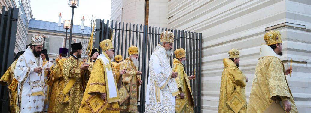 Consécration de la nouvelle cathédrale orthodoxe russe construite quai Branly, à Paris, par le patriarche de Moscou et de toute la russie Kirill, le dimanche 4 décembre 2016. Le patriarche et les religieux effectuent le tour de la cathédrale, afin de la bénir.