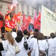 Manifestation houleuse devant le siège des Hôpitaux de Paris
