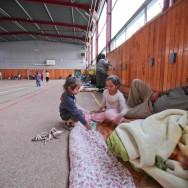 De l'autoroute au gymnase : le voyage des Roms de Choisy continue