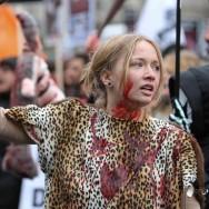 Marche contre la fourrure devant les grands magasins de Paris