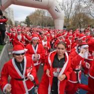 André Santini lâche plusieurs milliers de Pères Noël dans les rues d'Issy-les-Moulineaux