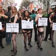 Des pin-up sexy s'invitent au défilé du nouvel an chinois