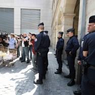 Le PCF dépose à Bercy des pétitions contre la vie chère