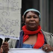 Des féministes attendent de pied ferme DSK devant le siège de TF1