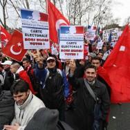 Manifestation turque à Paris avant le vote au Sénat sur le génocide arménien