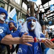 Une vague bleue de supporters Montpelliérains déferle gare de Lyon, à Paris