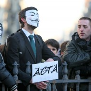 Anonymous : des opposants à ACTA manifestent à Paris