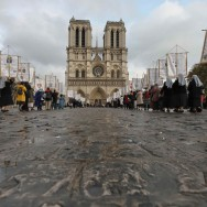 Des porteurs de bannières catholiques en procession de la Toussaint à Paris