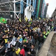 Manifestation à Paris après la mort de 35 Kurdes tués lors d'un raid aérien turc