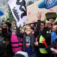 PSA: plus de 4.000 postes supprimés en France, manifestation à Paris