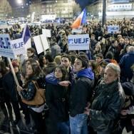 Colère et émotion lors d'une marche silencieuse à Paris en mémoire aux victimes de la tuerie de Toulouse