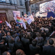 Hollande en tête : la rue de Solférino en joie