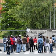 Des travailleurs sans papiers manifestent devant la préfecture du Val de Marne