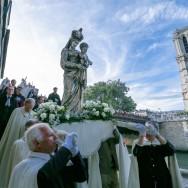 Des milliers de croyants en pèlerinage fluvial sur la Seine la veille de l'Assomption