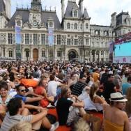 La diffusion des dernières heures des JO remplit le parvis de l'Hôtel de Ville, à Paris