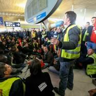 Démonstration de force à Roissy des grévistes d'Air France