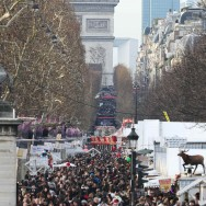 Le village de Noël des Champs Elysées fait le plein le soir du réveillon