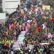 Au moins 15.000 Kurdes d'Europe manifestent, Paris sommé d'élucider les meurtres de 3 militantes kurdes.